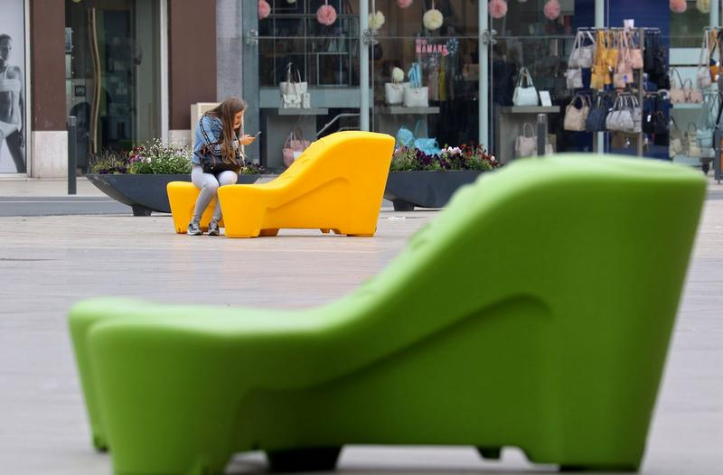 aménagement urbain avec des bancs public modernes